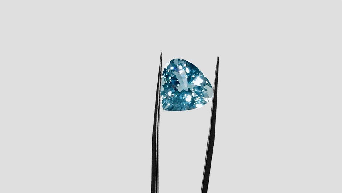 Der Edelstein Aquamarin in intensivem Blau und hoher Brillanz