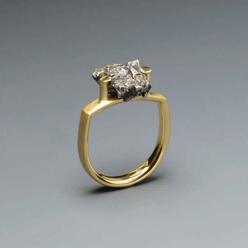 Verlobungsring oder Ehering in 750 Gelbgold mit einem Diamant im Brillantschliff